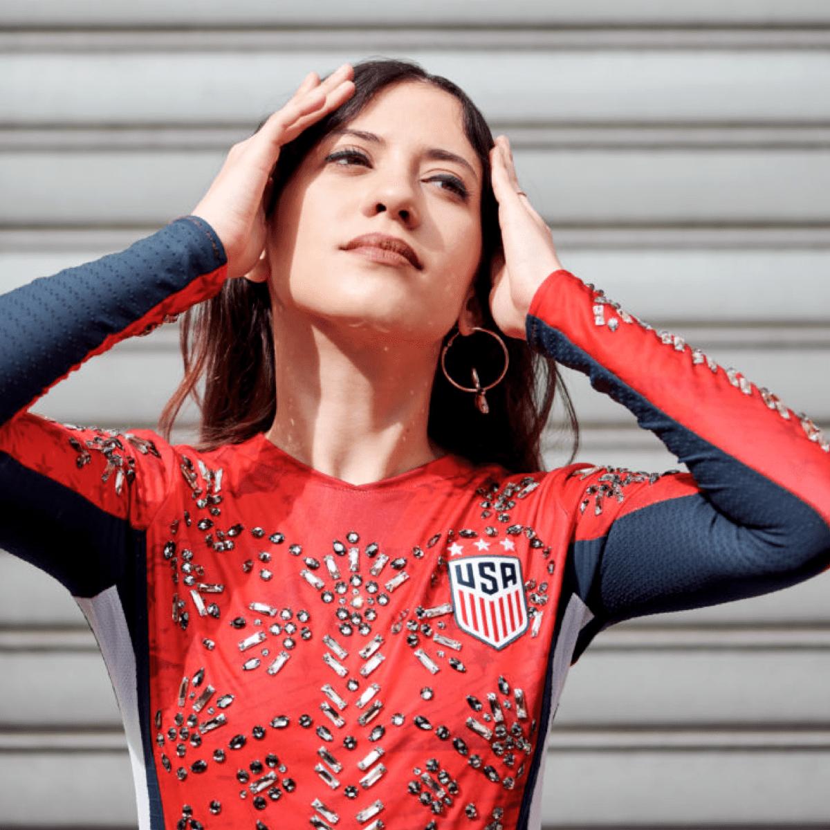 Femme DJ marocaine basée à Paris, Glitter distille de la musique techno puissante et aérienne