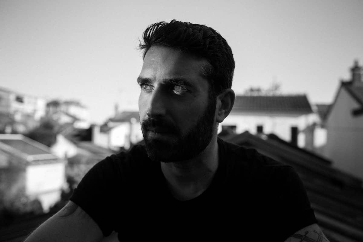 popof revient avec un track original et 4 remixes sur Form Music. Le producteur parisien signe un EP Techno Skylighter